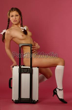 maedchen auf koffer