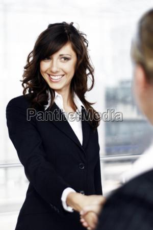 geschaeftsfrau handschlag