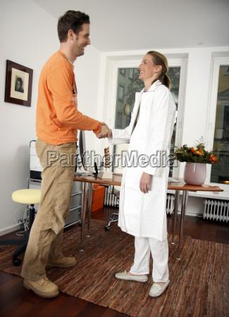handschlag patient und aerztin