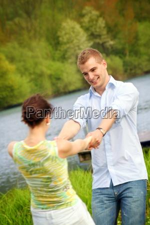 glueckliches paar im park