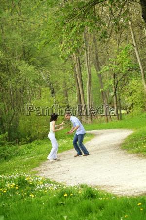 glueckliches paar im park beim rennen