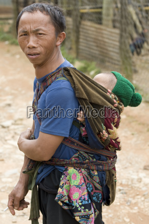 vater mit baby in laos