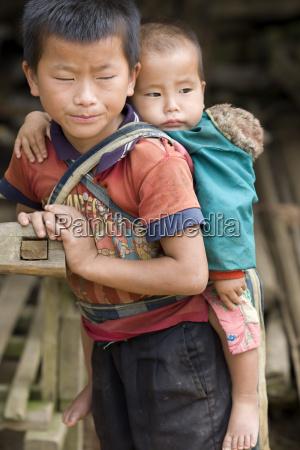 laotischer bub mit baby