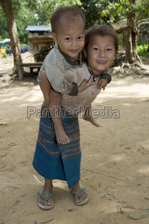 hmong maedchen mit bruder laos