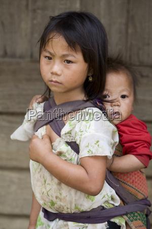 hmong schwester mit bruder in laos
