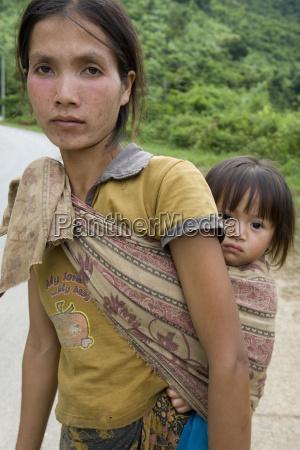 portrait hmong frau mit kleinkind