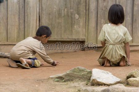 hmong kinder beim spielen in laos