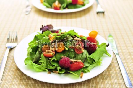 gruener salat mit beeren und tomaten