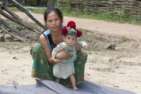 laos asiatische mutter mit baby der