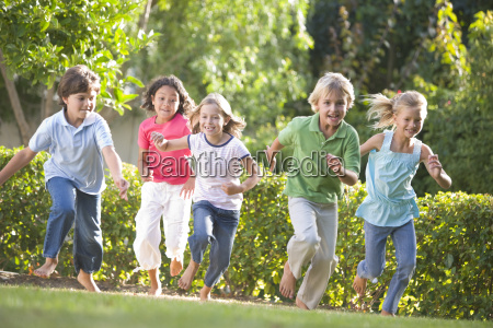 fünf, junge, freunde, die, draußen, lächeln, laufen - 2325435
