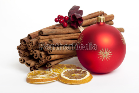 zimtstange mit roter christbaumkugel
