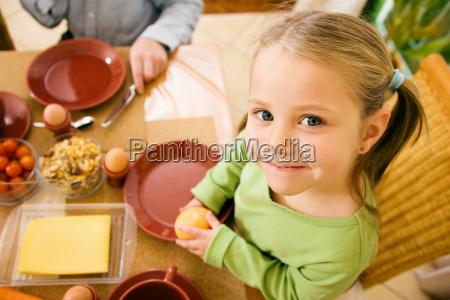 familie kleines maedchen beim essen