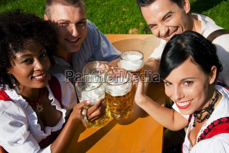 gruppe freunde im biergarten