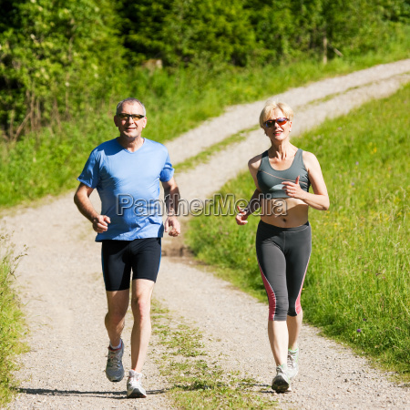 aelteres paar beim sport jogging
