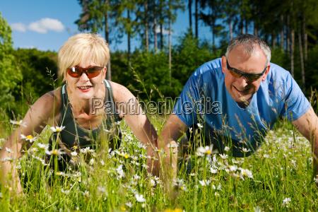 senioren paar macht liegestuetze