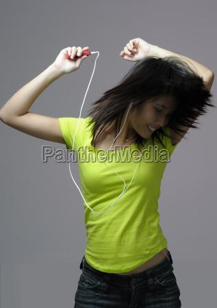 junge frau tanzt zu mp3 musik