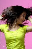 junge frau tanzt zu musik mo3
