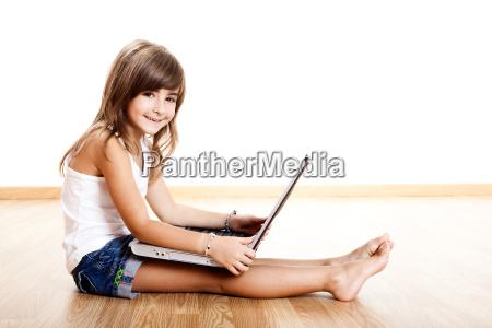 kind mit einem laptop spielen