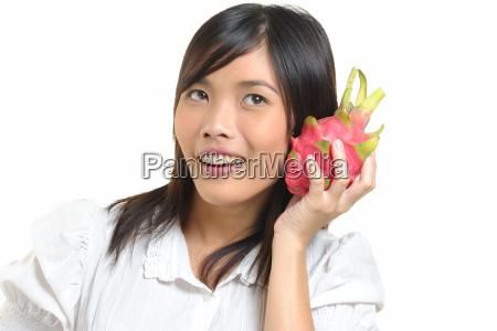 thailaenderin mit drachenfrucht