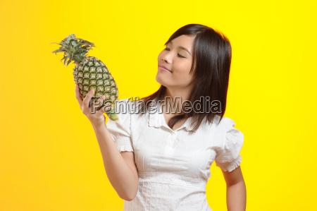 thailaenderin offeriert ananas
