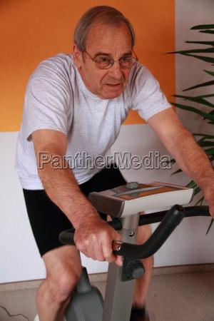 senior auf dem heimtrainer