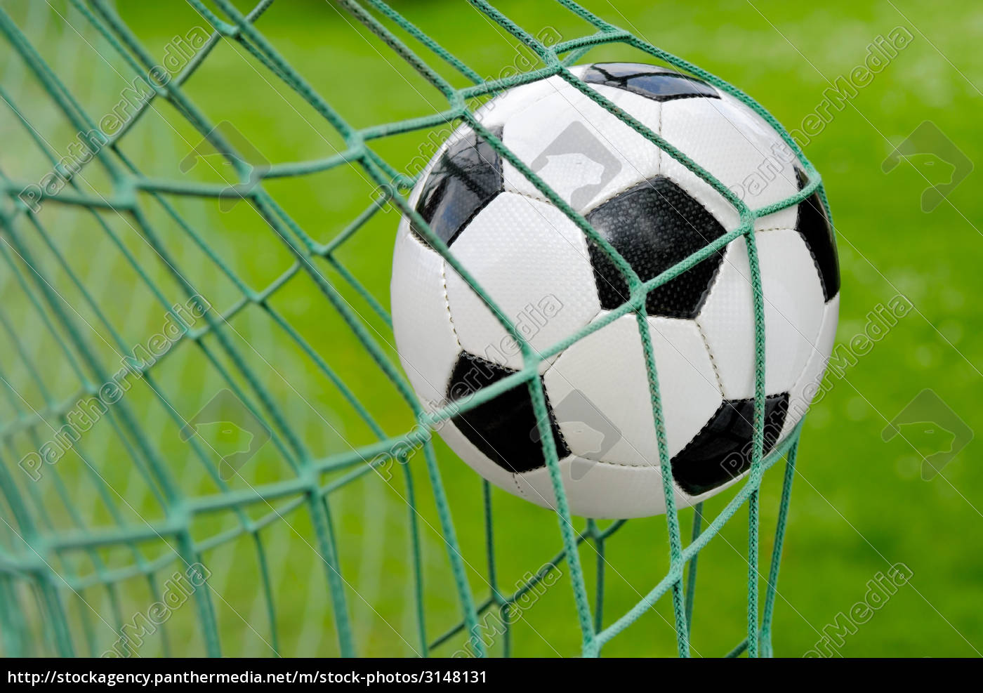 Lizenzfreies Bild 3148131 - Fußball fliegt ins Tor