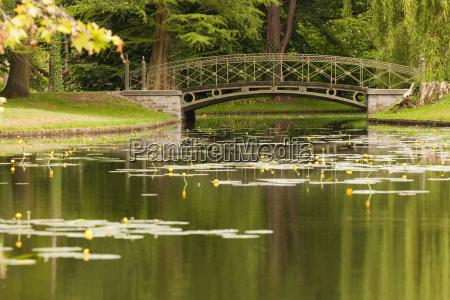 kanal im schlosspark mit bruecke