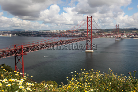 ponte 25 de abril in lissabon