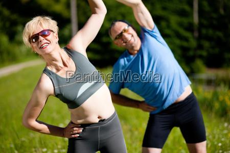 aelteres paar treibt sport in der