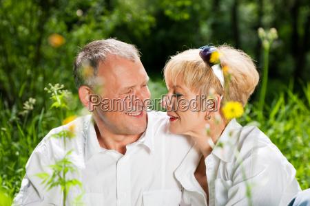 aelteres paar in der natur