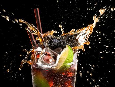 eiswuerfel und kalk droped in cola