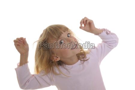 kleines maedchen spielt mit seinen haaren