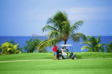 ein golf cart auf einem golfplatz