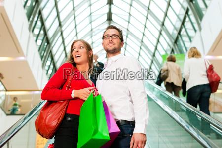 mann und frau in kaufhaus