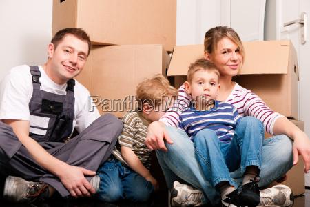 familie zieht um in ihr neues