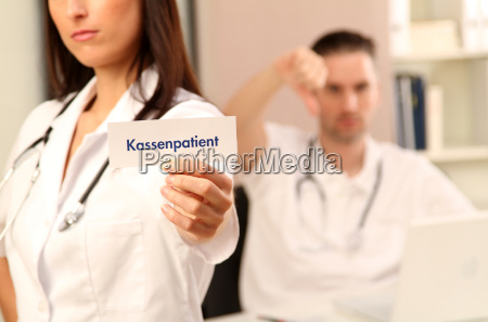 arzt mediziner medikus doktor frau zeigen