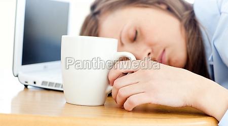 slumbery frau auf dem tisch schlafen