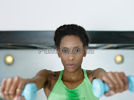 afrikanische frau training mit gewichten