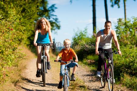 familie faehrt fahrrad als sport
