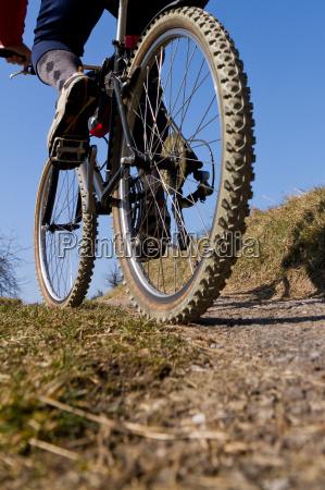 senior auf dem mountainbike