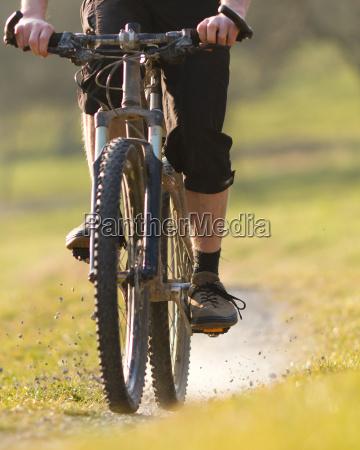mountainbiker auf einem schotterweg