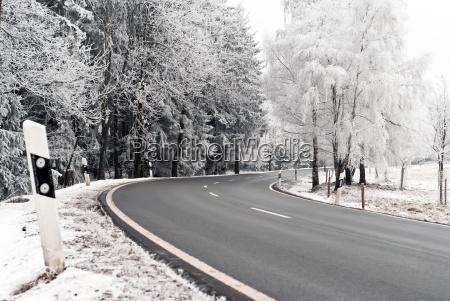autostrasse durch winterlandschaft