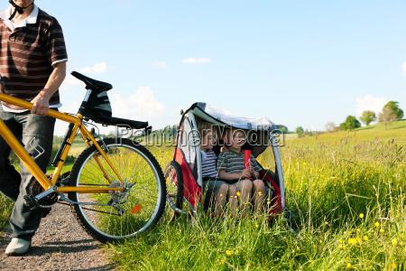 familie faehrt fahrrad im sommer mit