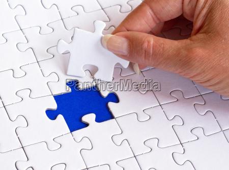frau mit puzzle konzept erfolg