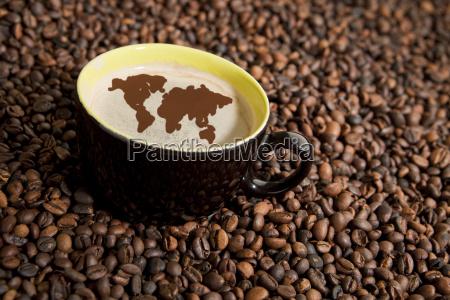 kaffeetasse in kaffeebohnen