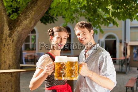 paar mit mass bier in traditioneller