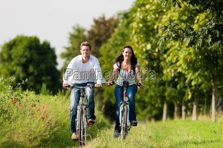 mann und frau fahren fahrrad im