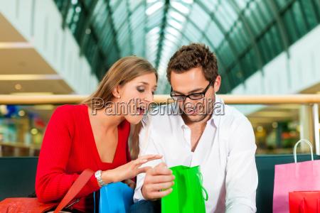 mann und frau in kaufhaus mit