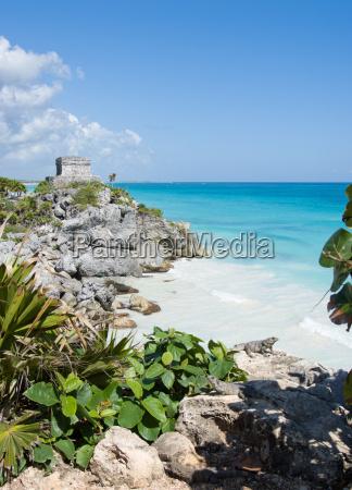 tropischer strand mit ruinen