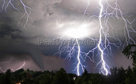 tornado und blitze